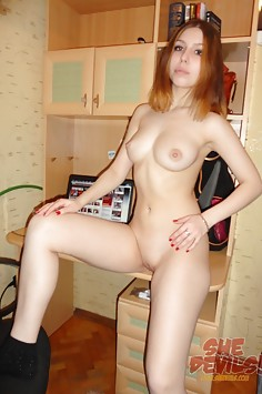 Cute amateur student Samanta nude in the dorm
